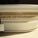 Cornice intarsiata e dipinta in legno curvato
