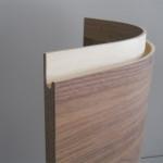 Particolare maniglia antina curva in legno